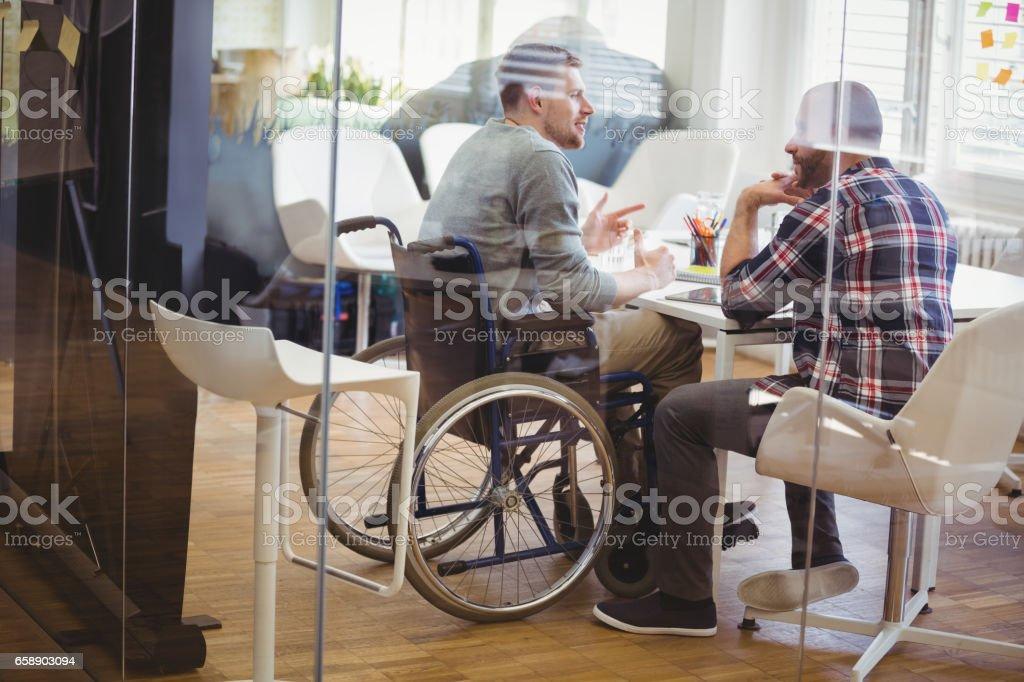 Gesamte Länge der Behinderung Geschäftsmann mit Kollegen diskutieren – Foto