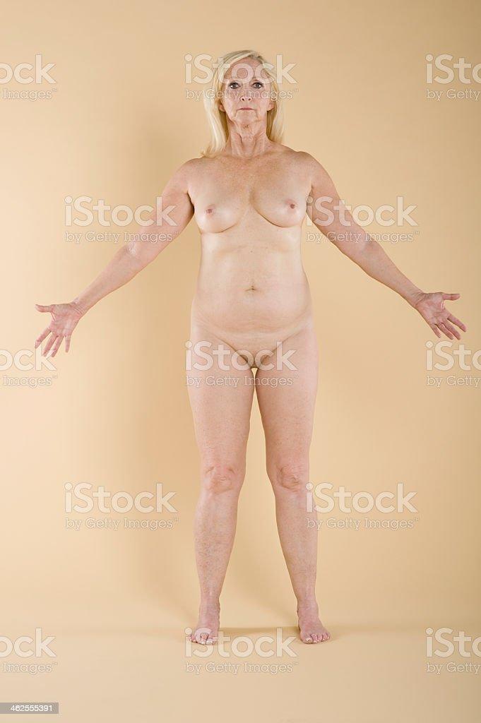 De Cuerpo Entero De Una Mujer Desnuda De Edad Madura De Pie Con Los