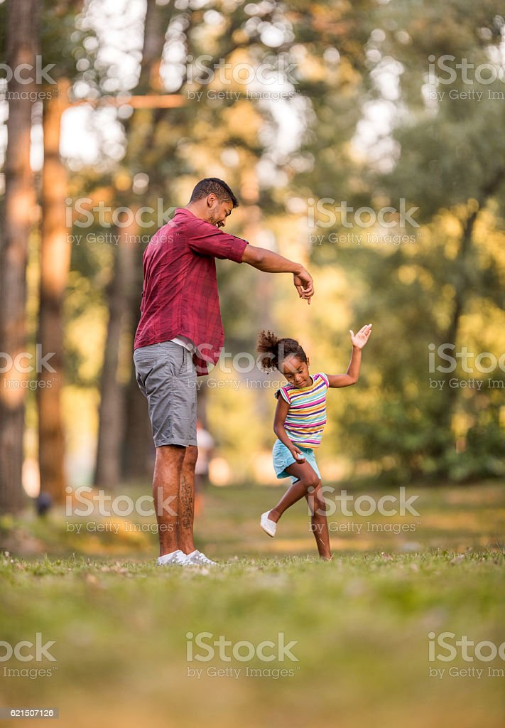 Full length of playful father and daughter in the park. photo libre de droits