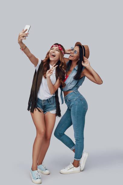 Volle Länge von zwei attraktiven stilvollen jungen Frauen – Foto