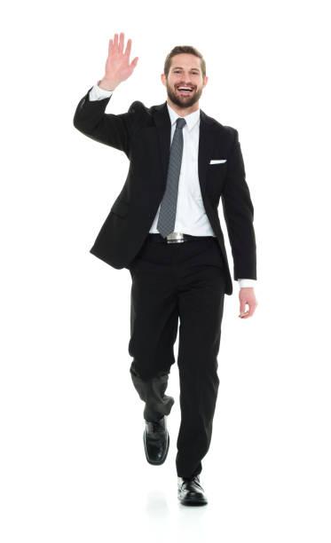 Volle Länge / nur ein Mann / Frontansicht / Blick auf die Kamera von 20-29 Jahre alten Erwachsenen stattliche Menschen / große Person braune Haare / kurze Haare kaukasischen männlich / junge Männer Geschäftsmann / Geschäftsmann / Manager zu Fuß vor  – Foto