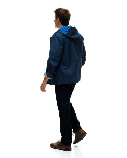 Volle Länge / nur ein Mann / Rückansicht / Rückseite von 20-29 Jahre alt erwachsene hübsche Menschen braune Haare / kurze Haare kaukasischen männlich / junge Männer stehen vor weißem Hintergrund, die Sex-Symbol / von muskellernen Aufbau / lächelnd  – Foto