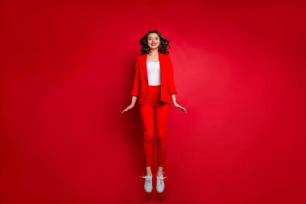 volledige lengte foto van schattig meisje springen op zoek geïsoleerd over rode achtergrond - men blazer stockfoto's en -beelden