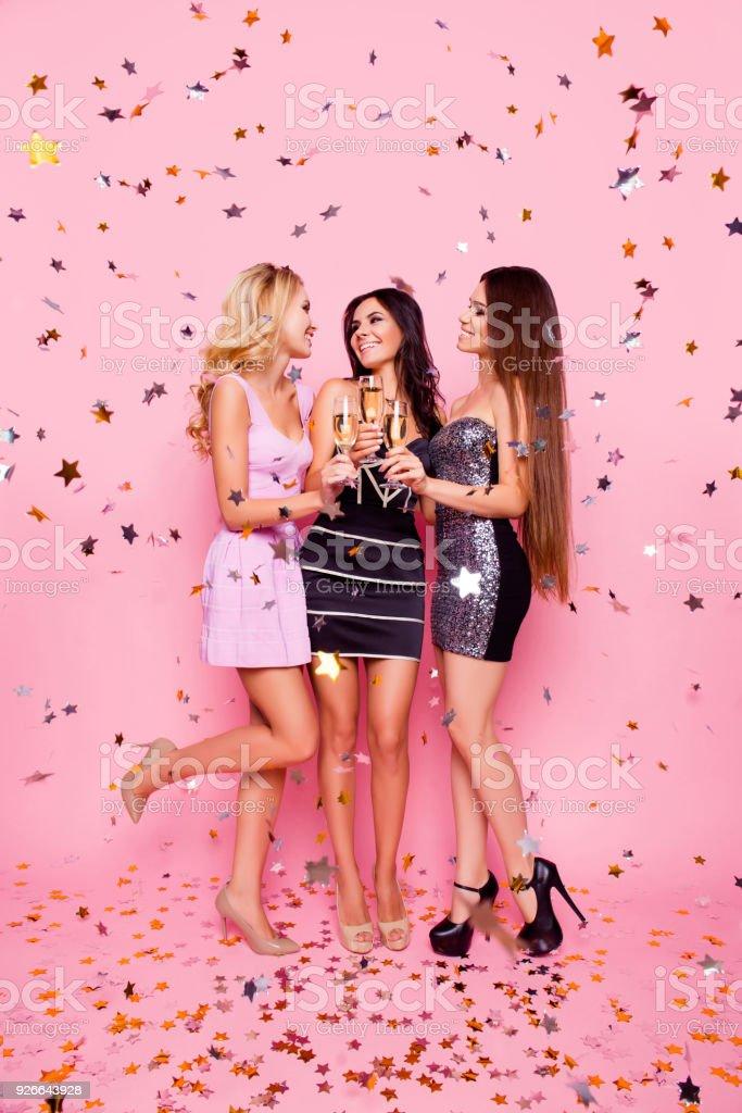 AuBergewohnlich Volledige Lengte Portret Van Blond Brunette Aantrekkelijke Sexy Meisjes In  Gouden Confetti Vieren Verjaardag Nacht,