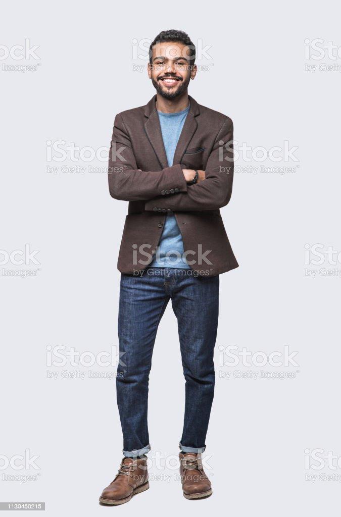英俊微笑的年輕人的全長畫像 - 免版稅20多歲圖庫照片