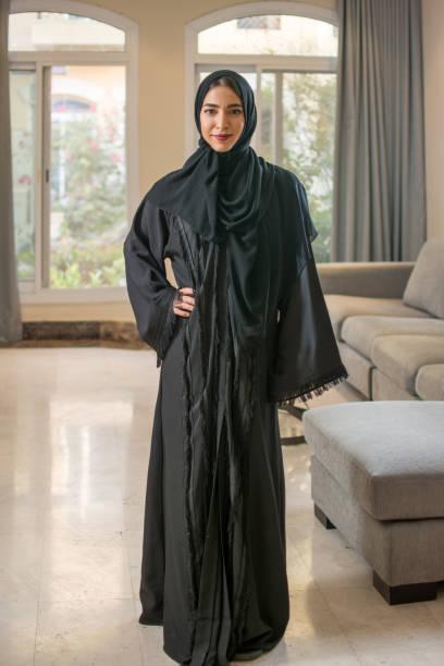 Porträt der muslimischen jungen Frau im Hijab zu Hause stehen – Foto