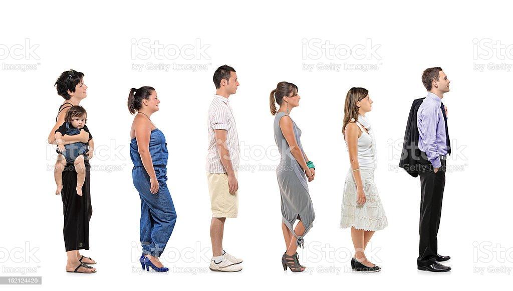 retrato de longitud completa de personas de pie juntos en una línea
