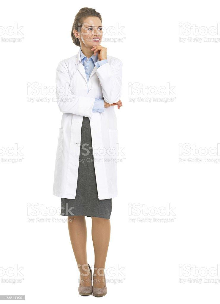 Retrato de cuerpo entero de mujer pensativa en blanco bata de - foto de stock