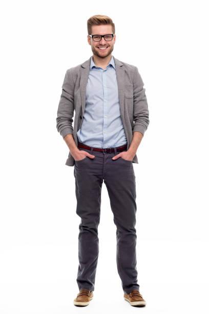 Porträt des jungen Mannes, der auf weißem Hintergrund steht – Foto