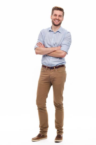 verticale pleine longueur de jeune homme restant sur le fond blanc - homme photos et images de collection