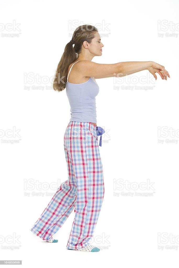 f1ba126efc Retrato de cuerpo entero de mujer joven en pijama capacidad para caminar  foto de stock libre