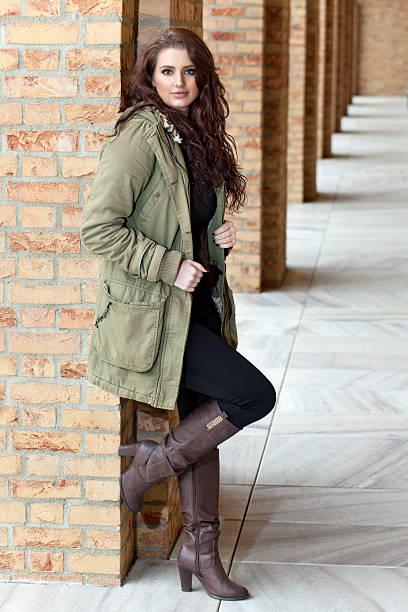 voller länge portrait von junge frau, die zu fuß auf frühling - leder leggings stock-fotos und bilder