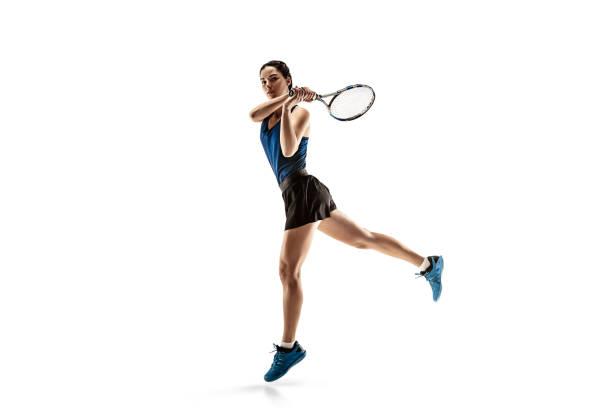 retrato de longitud completa de joven jugando al tenis aislado sobre fondo blanco - tenis fotografías e imágenes de stock