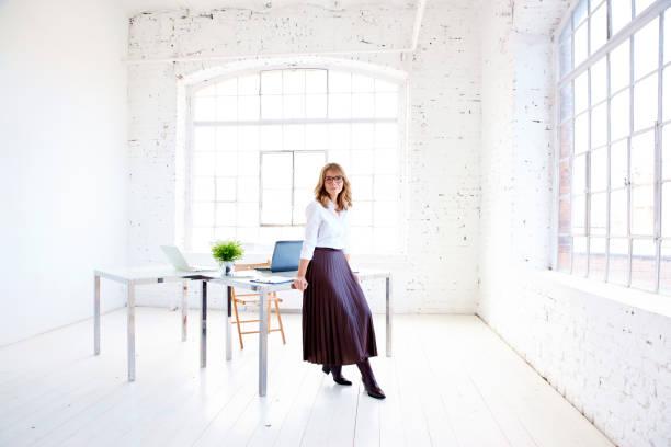 Volle lange Aufnahme von attraktiven, reifen Geschäftsfrauen, die im Büro stehen – Foto