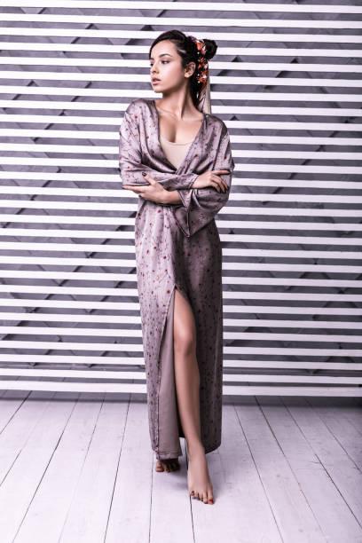 ganzflächige studioaufnahme von schönem modell mit wrap-kleid - wickelkleid lang stock-fotos und bilder