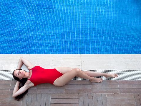 Voller Länge Draufsicht Der Schönen Jungen Frau In Badebekleidung Für Gesicht Mit Hut Beim Sonnenbaden Am Pool Stockfoto und mehr Bilder von Badebekleidung