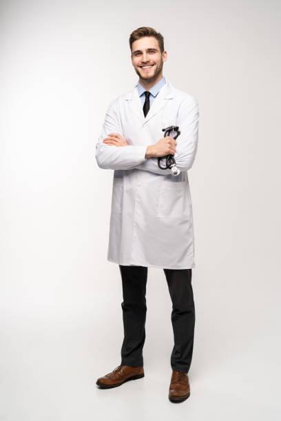 Volle Länge junge Ärztin auf weißem Hintergrund. – Foto