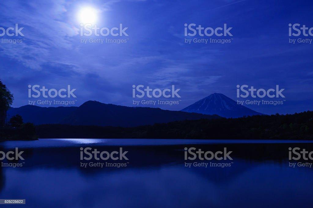 満月と富士山は西湖、山梨県 ストックフォト