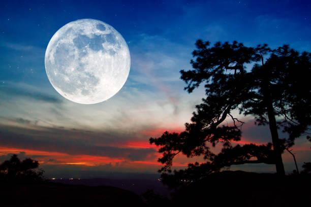 pleine lune et coucher de soleil sur la montagne en thaïlande - pleine lune photos et images de collection