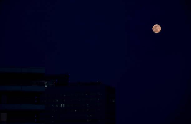 Vollmond im blauen Himmel im Morgengrauen in München – Foto