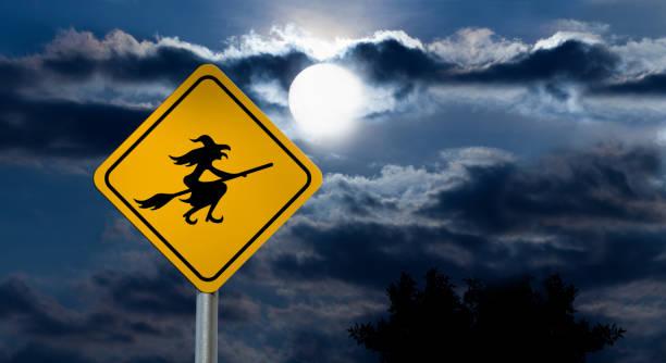 Vollmond in den Nachthimmel und Hexe Straßenschild – Foto
