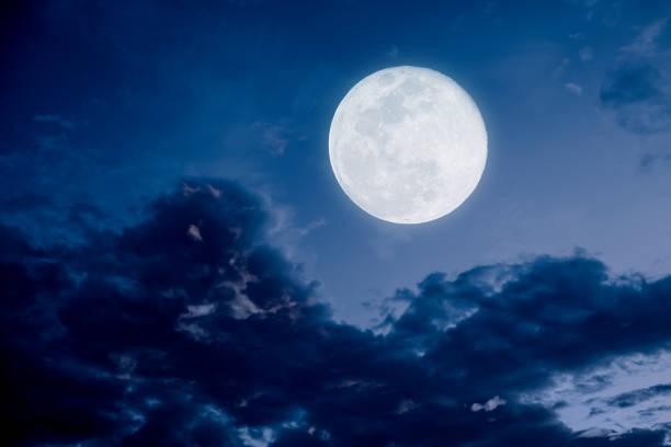 nuit de pleine lune avec le nuage - pleine lune photos et images de collection
