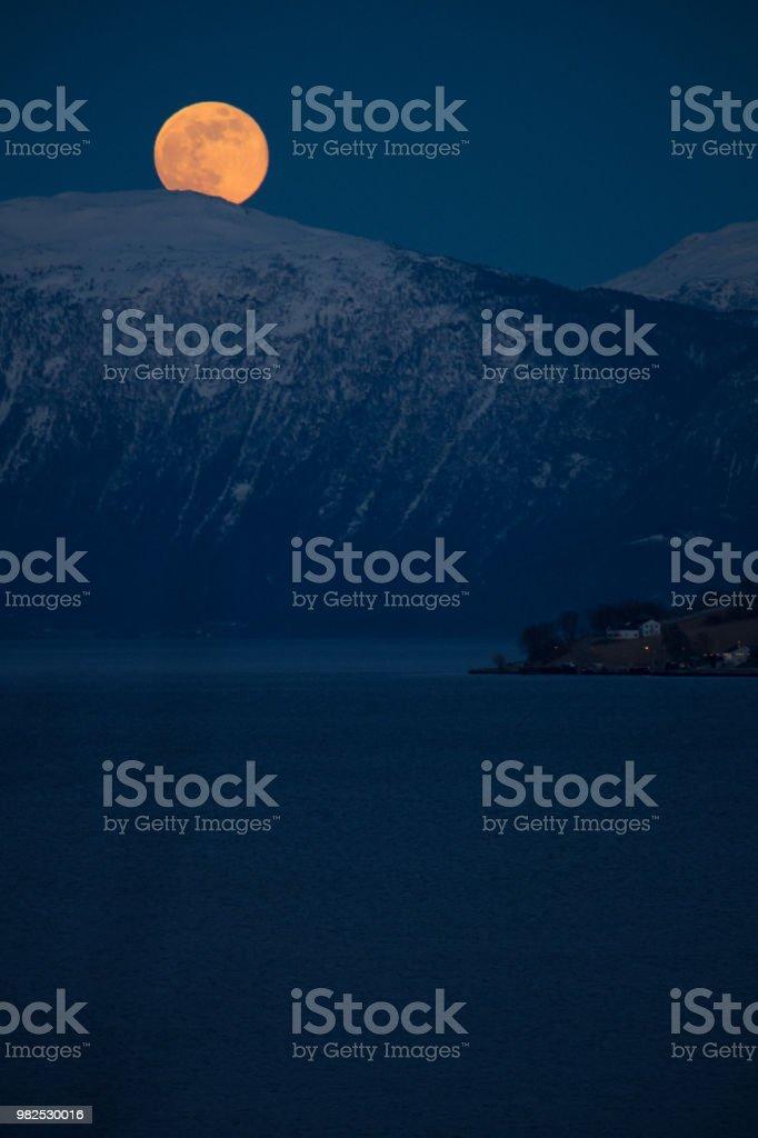 Vollmond über einem Fjord in Norwegen – Foto