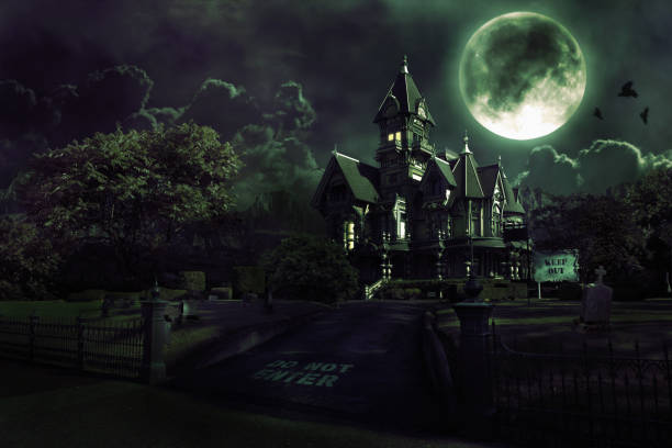full moon nad haunted dom z graveyard na halloween - upiorny zdjęcia i obrazy z banku zdjęć