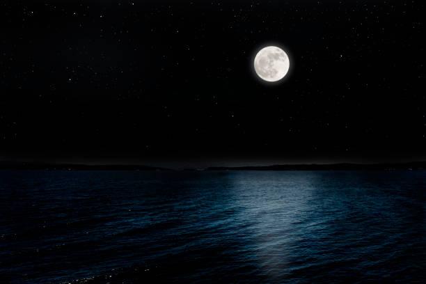 pleine lune s'élevant sur la péninsule - pleine lune photos et images de collection