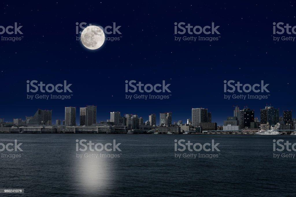 東京湾岸の上昇る満月 - イルミネーションのロイヤリティフリーストックフォト