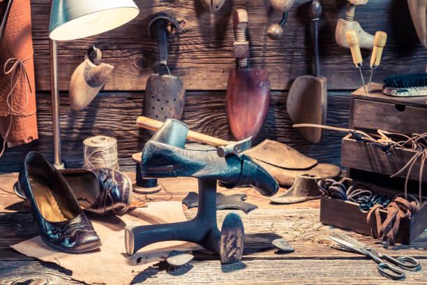 full av verktyg skomakare verkstad med skor att reparera - remmar godis bildbanksfoton och bilder