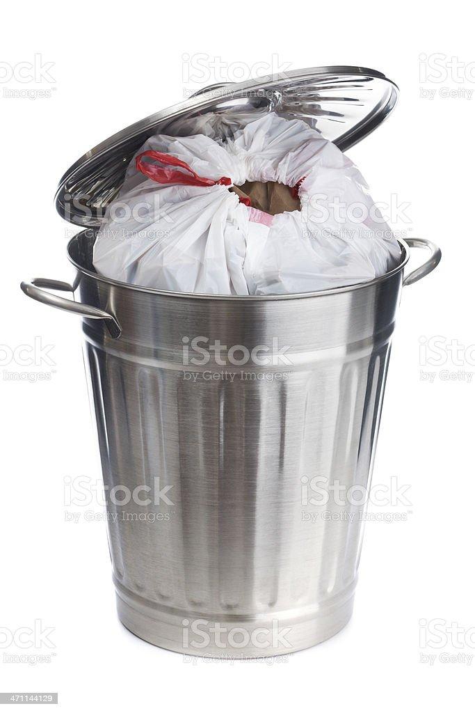 Un exceso de cubo de basura con bolsa de plástico sobre fondo blanco - foto de stock