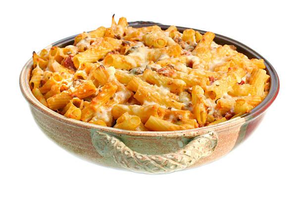 full pan of baked ziti on white - gebakken in de oven stockfoto's en -beelden