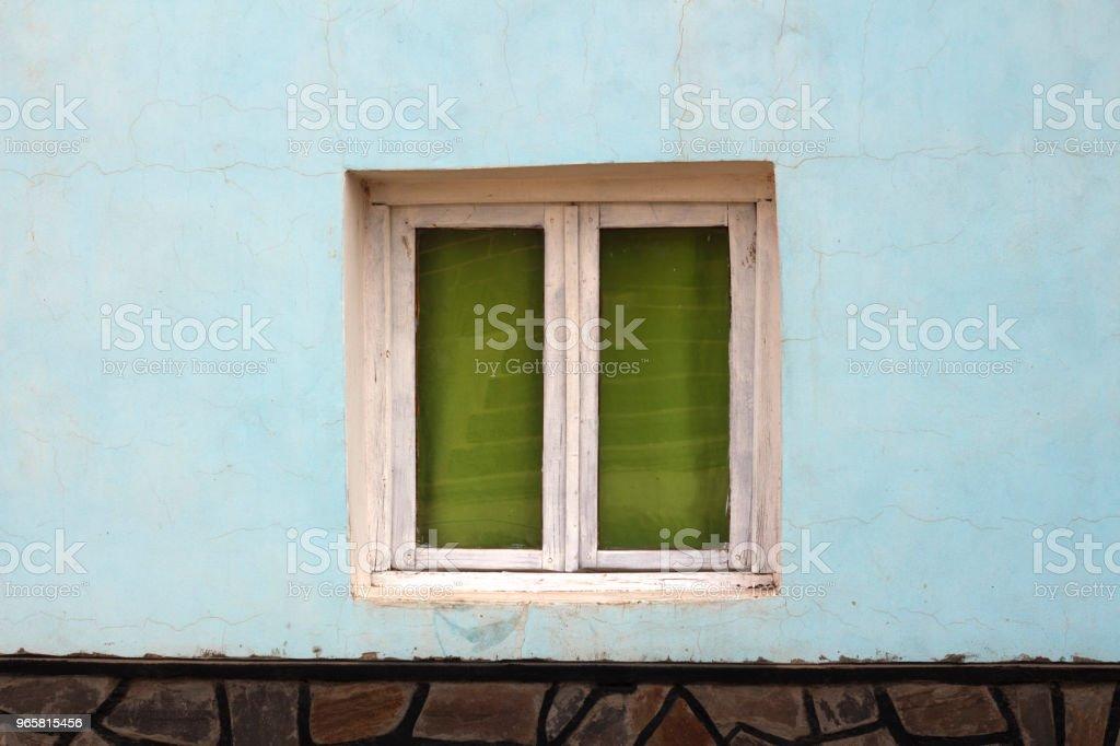 volledig beeld van de hemelse muur en raam met groene gordijnen - Royalty-free Achtergrond - Thema Stockfoto