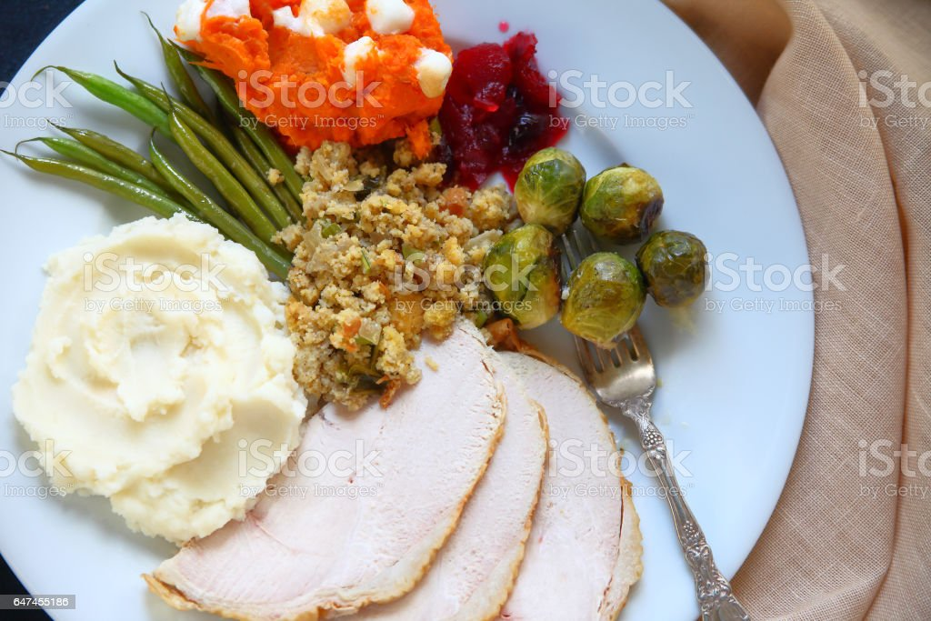 Full plate of Thanksgiving food - foto de acervo