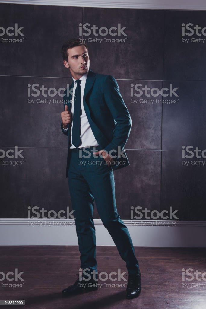 Completo retrato de hombre guapo elegante rico traje negro foto de stock  libre de derechos d32553644b2