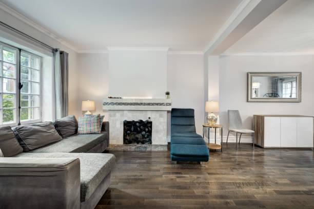 komplettes set des renovierten altenhauses in montreal, kanada - cottage schlafzimmer stock-fotos und bilder