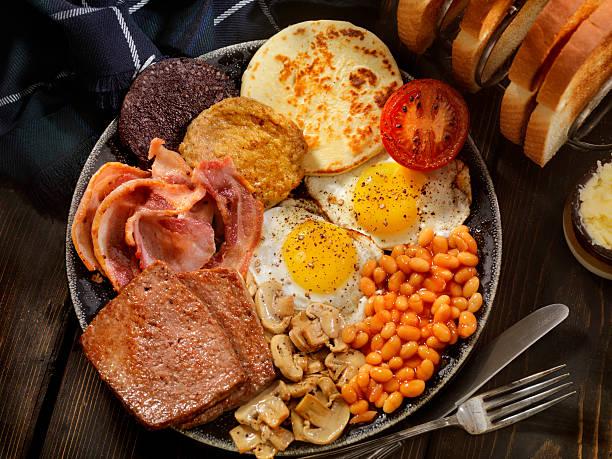 die traditionellen schottischen frühstück - schottische kultur stock-fotos und bilder