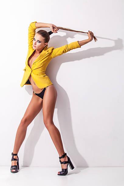 in voller länge portrait junge elegante frau im gelben jacke - bein make up stock-fotos und bilder