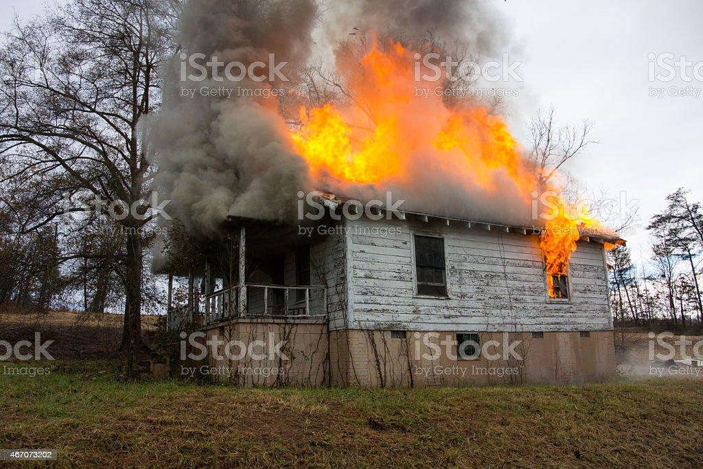 Pienamente coinvolto house fuoco foto stock royalty-free