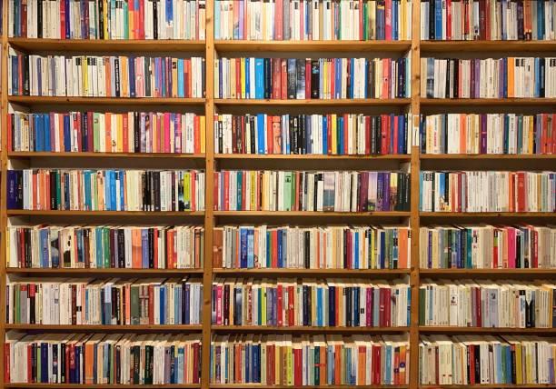 volledig verpakt boekenplank - boekenplank stockfoto's en -beelden