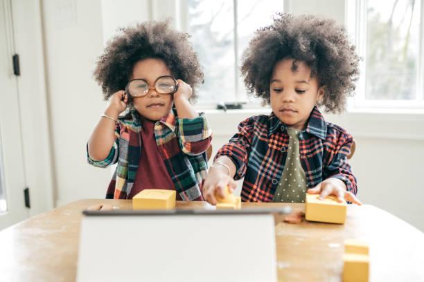 Lustige Aktivitäten für 2 Jahre alte Kleinkinder – Foto
