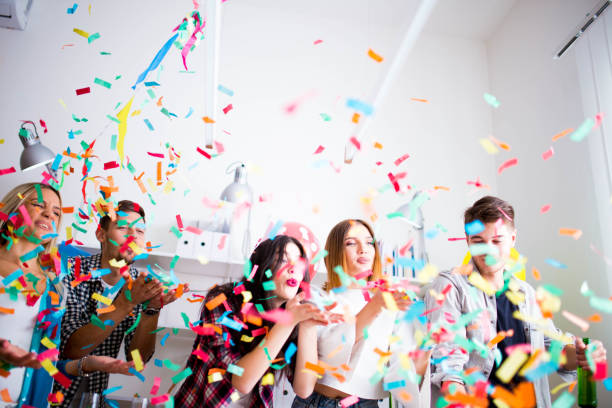 楽しさとオフィスでのパーティー - 社内パーティ ストックフォトと画像