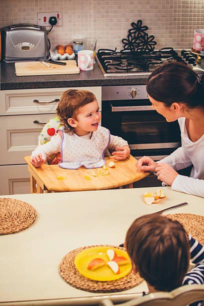 fun at breakfast time - kinderstuhl und tisch stock-fotos und bilder
