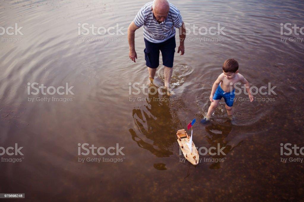 Diversão no lago - foto de acervo
