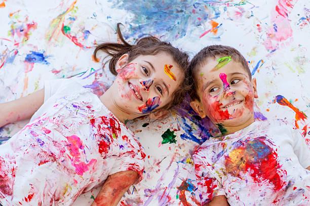 kindheit spaß malen mit fingerfarben bruder und schwester - fingerfarben stock-fotos und bilder