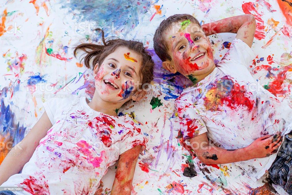 Diversão de infância pintura a dedo Irmão e irmã - foto de acervo