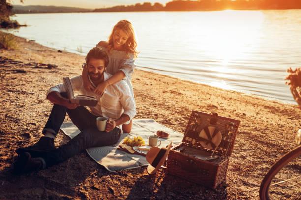 spaß tag im freien - romantisches picknick stock-fotos und bilder
