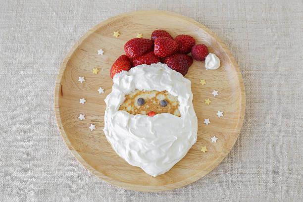 fun hausgemachte santa-pancake-frühstück für kinder - weihnachtsessen ideen stock-fotos und bilder