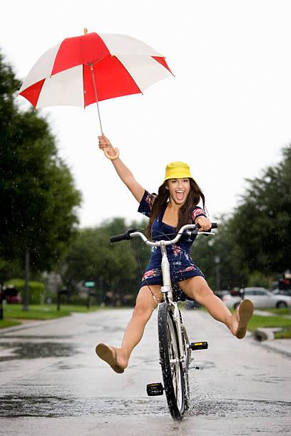 Amusant dans une douche à jets de pluie d'été - Photo